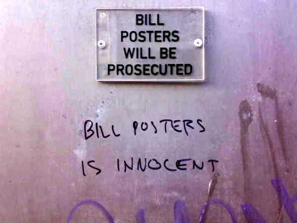"""Bill Posters, der Schutzpatron der Plakatierer, entzieht sich seit Jahren dem Zugriff der Justiz. Seine Unterstützer behaupten """"Bill Posters is innocent!"""""""
